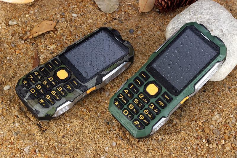 телефон с двумя фонариками
